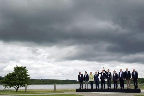 Los líderes del G8, junto a Barroro y Van Rompuy.  Efe