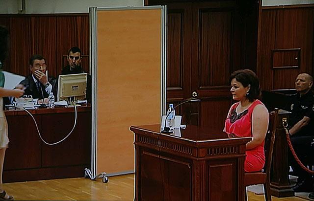 Ruth Ortiz declara en el juzgado. Detrás de la mampara, está José Bretón. | Madero Cubero