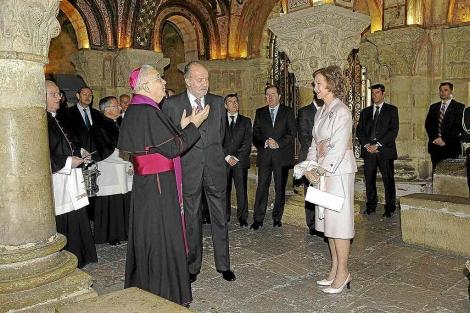 Los Reyes, el obispo de León y el presidente Herrera en la Colegiata de San Isidoro, en 2010. | Efe
