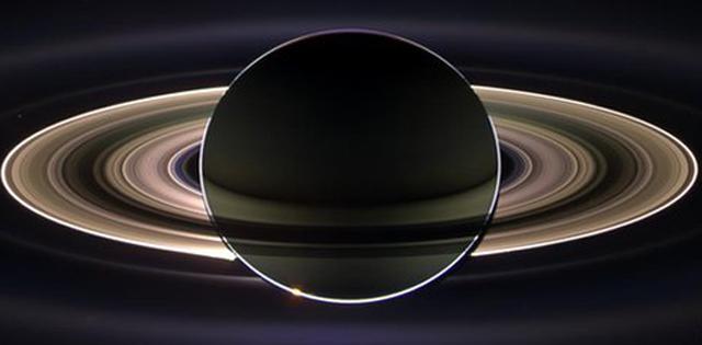 Imagen de la Tierra desde Saturno (el brillo en su anillo) capturada por Cassini en 2006. | NASA