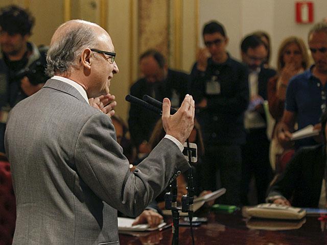 El ministro Montoro responde a los medios en el Congreso. | Paco Grande / Efe