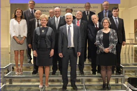 Los premiados junto a Francisco González, presidente de la Fundación BBVA, y Carmen Vela (i), secretaria de estado de investigación.