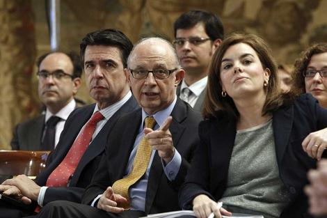 Los ministros Soria y Montoro, con la vicepresidenta Sáenz de Santamaría. | | Foto: Efe / Zipi.