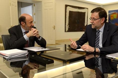 Rajoy y Rubalcaba antes durante su encuentro. | Foto: Bernardo Díaz