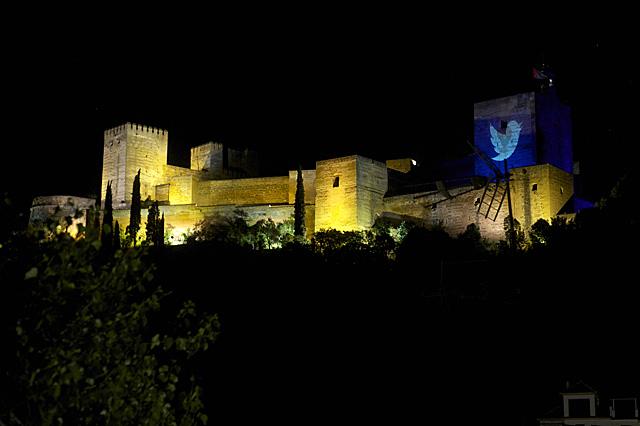 El logotipo de Twitter, proyectado en la Torre de la Vela de la Alhambra. | J. García Hinchado
