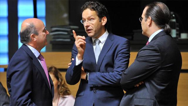 El ministro de Economía y Competitividad español, Luis de Guindos (i), conversa con su homólogo sueco, Anders Borg (d), y con el presidente del Eurogrupo, Jeroen Dijsselbloem. | Efe