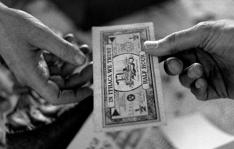 Billetes de media hora, moneda autóctona de Ithaca. | EL MUNDO