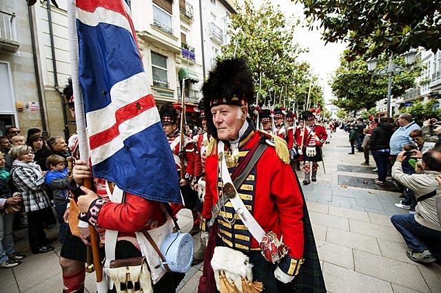 Los soldados escoceses del ejército inglés durante el pasacalle del bicentenario.