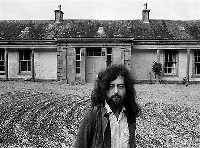 Jimmy Page, ante la casa del Lago Ness.   J.R.