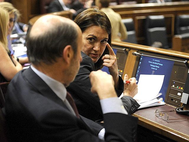 Los socialistas Soraya Rodríguez y Alfredo Pérez Rubalcaba hablan durante el Pleno.   Bernardo Díaz