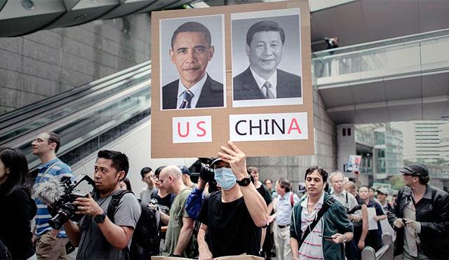 Protesta frente a la embajada de EEUU en Hong Kong por el 'caso Snowden'. | Afp