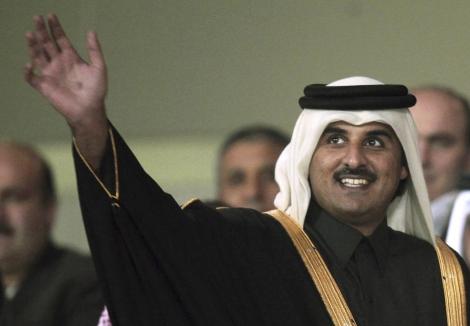 El emir de Qatar, el jeque Tamim, saluda en el Estadio de Doha.   Reuters