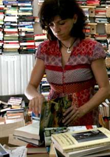 """Un sello que indica """"Este libro es libre. Ni se compra ni se vende"""". es el único requisito para llevarse un ejemplar"""