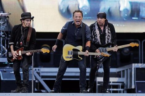 Springsteen, junto a dos miembros de su banda, durante el concierto. | Afp