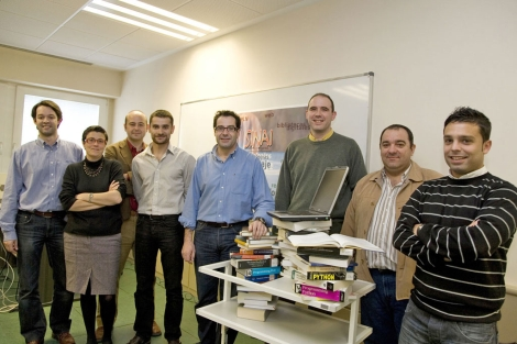 El catedrático de la UJA, Alfonso Ureña (en el centro), junto a su equipo. | M. Cuevas