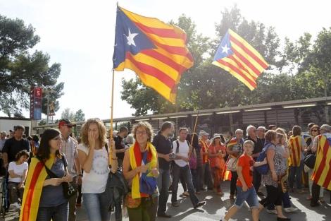 Asistentes con 'estelades' a las afueras del Camp Nou. | J. Soteras