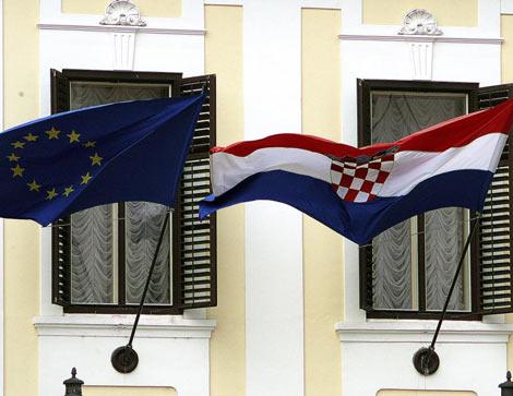 Banderas de la UE y de Croacia ondean en Zagreb. | Efe