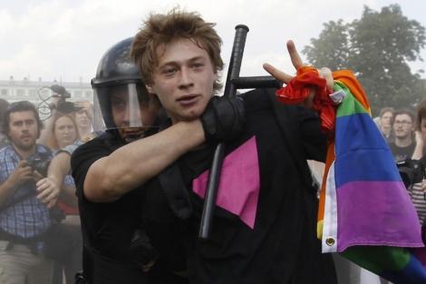 Un activista gay, detenido por la policía en San Petersburgo. | Reuters MÁS IMÁGENES