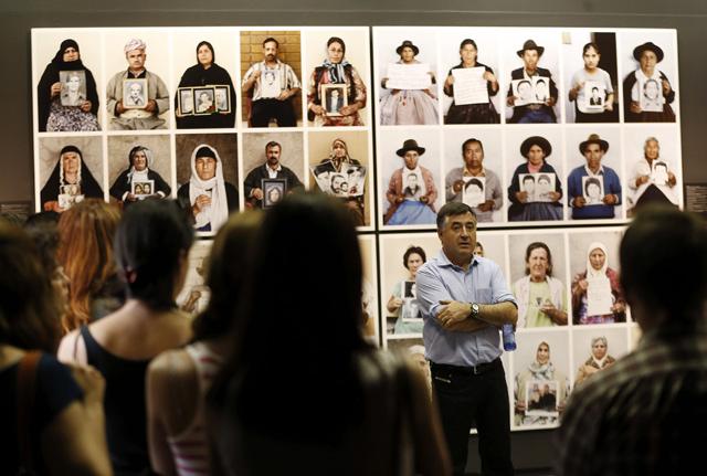 Gervasio Sánchez durante una visita guiada a su exposición en Valencia. | Efe