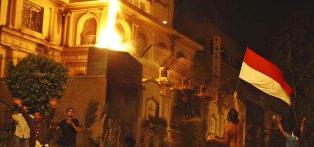 La sede de los Hermanos Musulmanes en El Cairo anoche mientras ardía. | Reuters