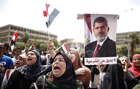Un grupo de mujeres con pancartas de apoyo a Mursi en El Cairo. | Reuters