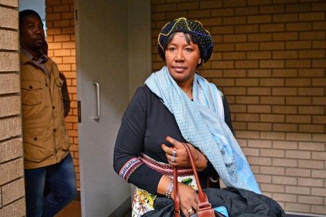 La hermana de Nelson Mandela y su nieto acuden a la corte en Mthatha. | Afp