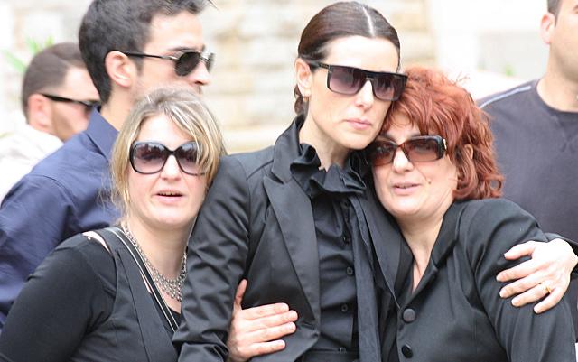 Sánchez Silva con su cuñada y su suegra en el entierro de Marco.| Gtres