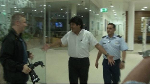 El presidente boliviano en el aeropuerto austriaco.   Reuters