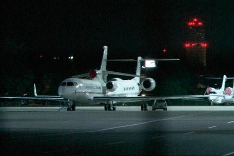 El avión de Morales en la pista del aeropuerto de Schwechat.   Reuters