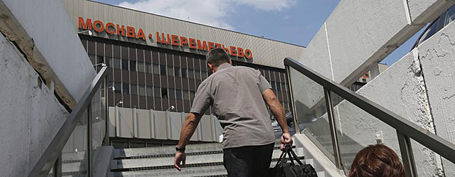 Pasajeros llegan al aeropuerto moscovita de Sheremetievo. | Efe