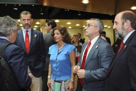 El Príncipe Felipe, junto a Botella y el resto del equipo de Madrid 2020.   Efe