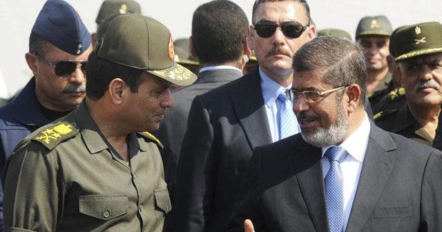 Mursi y Al Sisi charlan en una imagen de octubre de 2012. | Reuters