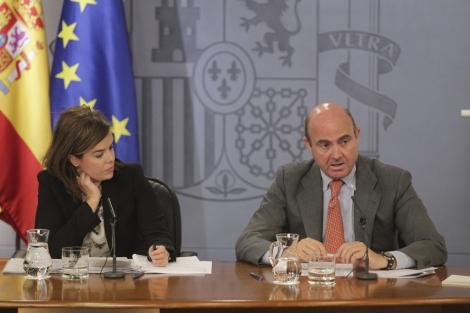 La vicepresidenta, Soraya Saenz de Santamaría y Luis de Guindos en el Consejo de Ministros | Paco Toledo