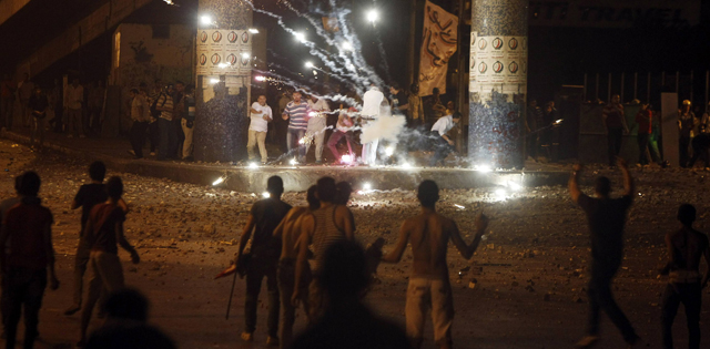 Enfrentamientos cerca de la televisión estatal. | Foto: Reuters [VEA MÁS FOTOS]