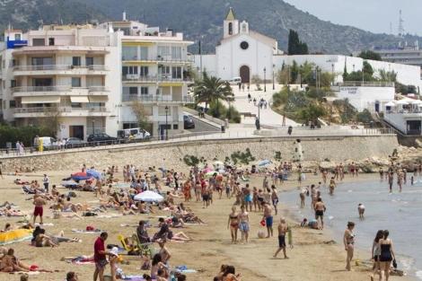 Bloque de apartamentos en primera línea de la playa de Sant Sebastián en Sitges. | J. Soteras