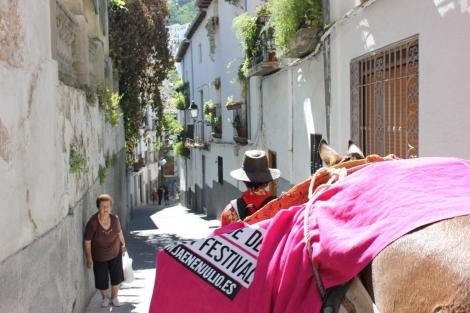 Alejandro y la mula Marisol por las calles de un pueblo de Jaén. | Manuel Cuevas