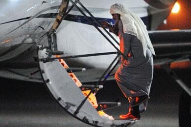 Abu Qatada sube a un avión de la RAF en Londres rumbo a Amán.   Afp
