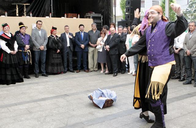 El lehendakari observa los bailes con los que ha dado comienzo el acto.  