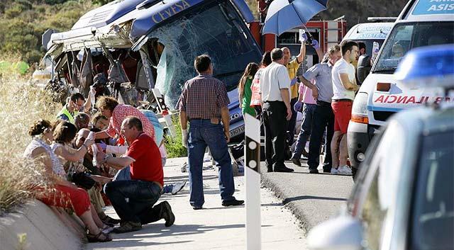 El autobús volcado junto a algunos de los heridos. | Ricardo Muñoz [VEA TODAS LAS IMÁGENES]