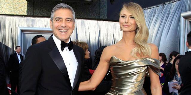 George Clooney y su novia Stacy Keibler posan en la última edición de los Oscar.   Reuters