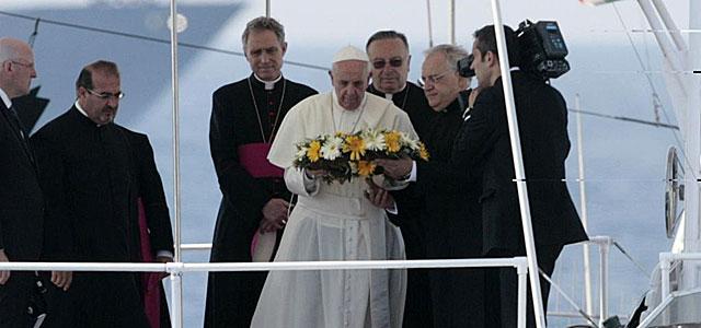 El Papa ofrece una corona de flores por los inmigrantes fallecidos. | Afp