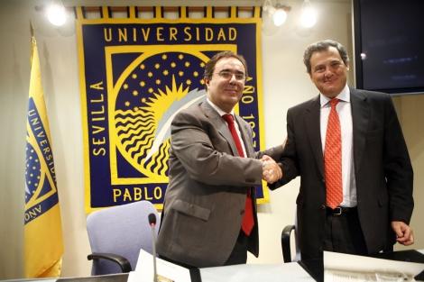 Apretón de manos entre el rector de la UPO y el director general de Ceade.   Jesús Morón