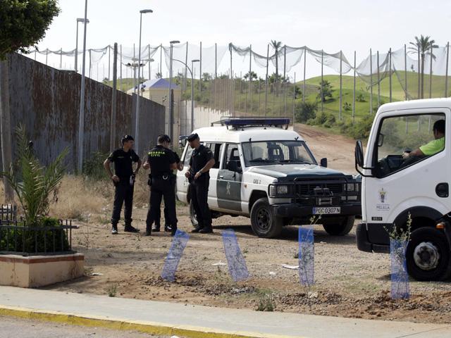 Agentes de la Guardia Civil cerca del Campo de Golf de Melilla tras el intento masivo de salto a la valla. | F.Guerrero / Efe