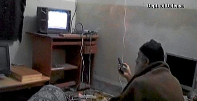 Osama viendo las noticias en su casa de Abbottabad. | Reuters