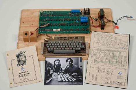 El lote subastado, con el 'Apple I', el manual, la guía de circuitos y una fotografía. | Christie's