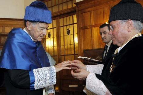 Francisco Ayala recibe el anillo de su doctorado 'honoris causa' en Santander. | Efe
