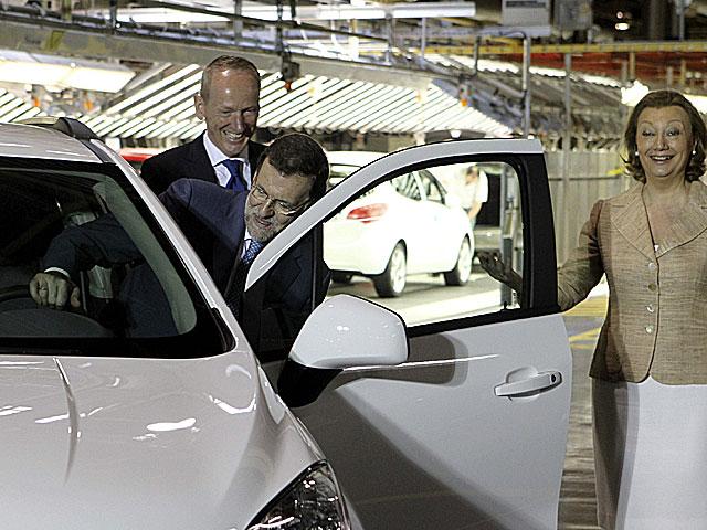 Mariano Rajoy este miércoles con Luisa Fernanda Rudi en la planta de General Motors. | Efe