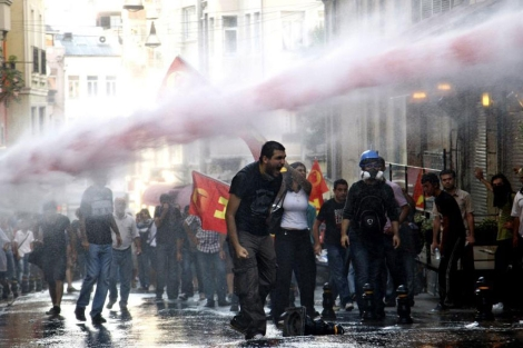 La policía turca dispersa a varios manifestantes cerca de la plaza Taksim.| Efe