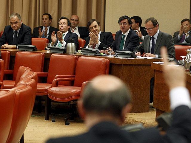 Los diputados del PP, al fondo, y Rubalcaba en primer término. | Javier Barbancho