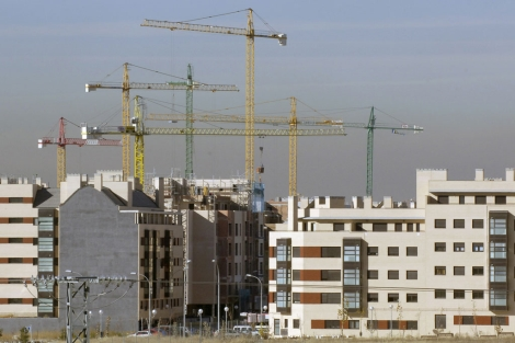 Pisos en construcción en las afueras de Madrid.   Paco Toledo